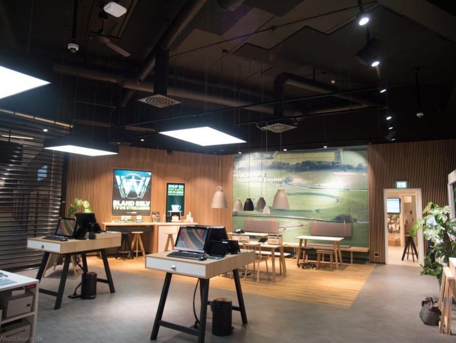Sort akustikloft i butikslokale